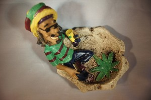 JAMAICAN MAN SITTING IN POND SMOKING ASHTRAY (LT66)